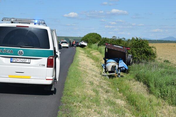 Vozík aj auto skončili v priekope, ale nie naraz.