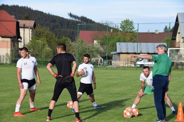 Tréner Spartaka Vysoká Peter Padych (vpravo) so svojimi zverencami na tréningu.