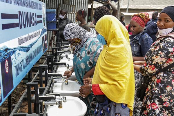 Obyvatelia tanzánskeho mesta Dodoma pri verejných umývadlách.