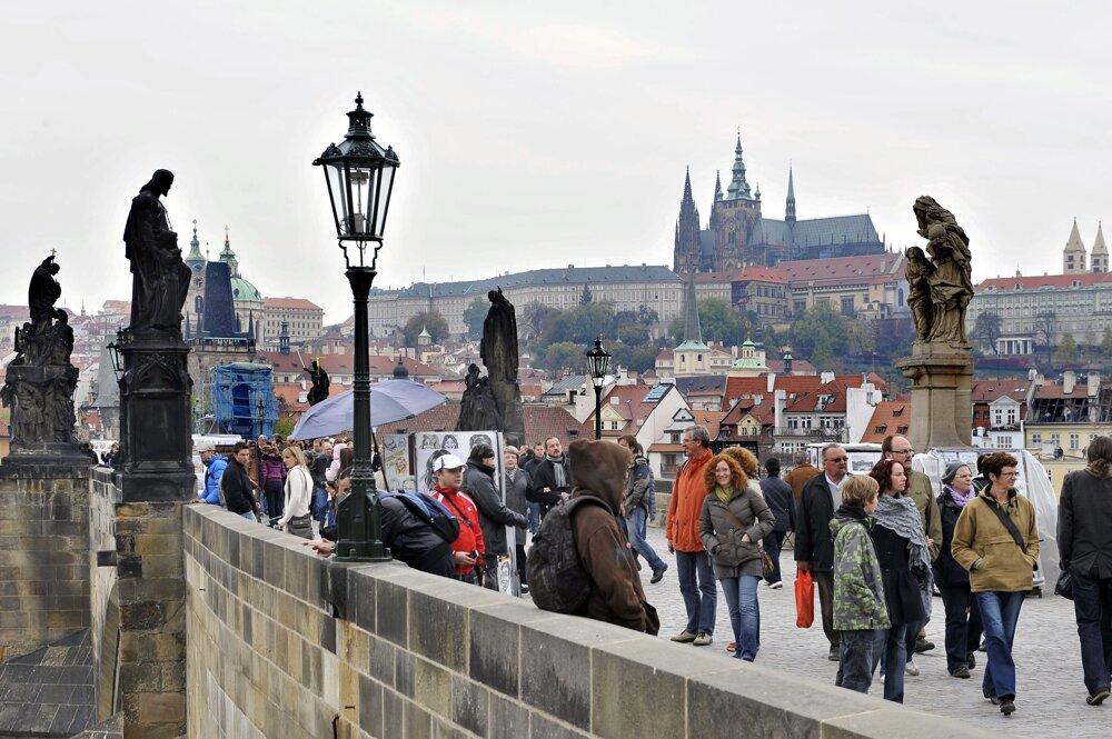 Karlov most v Prahe bol taktiež plný turistov.