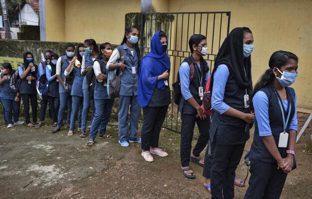 Študenti čakajú na meranie teploty pred skladaním skúšok v indickom meste Koči v štáte Kerala.
