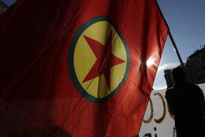Kurdskí aktivisti mávajú vlajkou Strany kurdských pracujúcich (PKK) a vykrikujú slogany proti tureckej pozemnej operácii v severovýchodnej Sýrii v Ríme 9. októbra 2019.