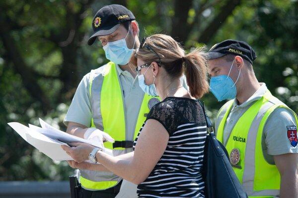Polícia kontroluje doklady na jednom z hraničných priechodov.