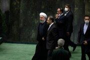 Hasan Rúhání (vľavo) prichádza na ustanovujúce zasadnutie nového iránskeho parlamentu v Teheráne 27. mája 2020.