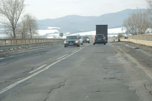 Panelová cesta, ktorú pre jej zlý stav vodiči volajú aj tankodrom.