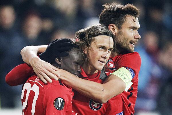 Hráčov FC Midtjylland môžu fanúšikovia povzbudiť na parkovisku pred štadiónom. Ak zostanú v autách.