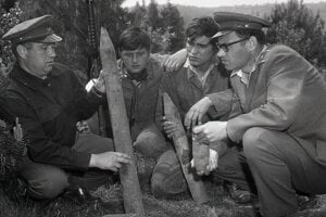 V roku 1969 odmínovávala okolie Dukly ženijná skupina pod vedením majora Oldřicha Kuhejdu (vpravo) a majora odborného pyrotechnika Pavla Šaraniča (vľavo).