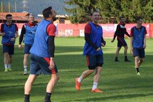 Futbalisti Bánovej si spoločné tréningy užívajú.