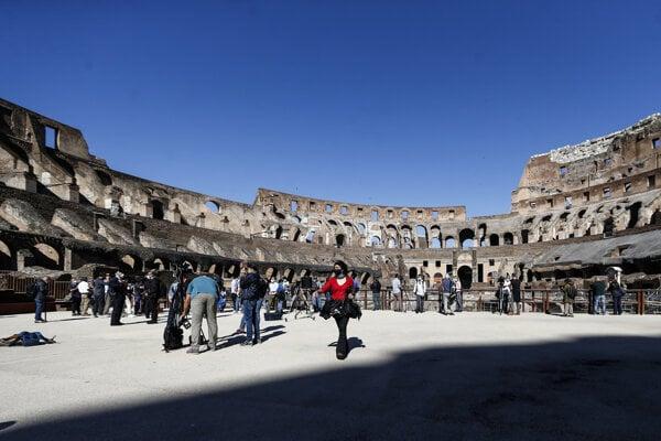Novinári kráčajú v starobylom Koloseu počas novinárskeho dňa pri príležitosti jeho znovuotvorenia. Rímske Koloseum od 1. júna opäť otvorilo svoje brány pre návštevníkov.