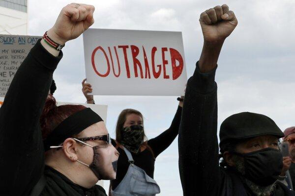 Smrť Afroameričana Georgea Floyda vyvolala masívne protesty.