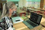 Školská psychologička pri práci cez aplikáciu Zoom.