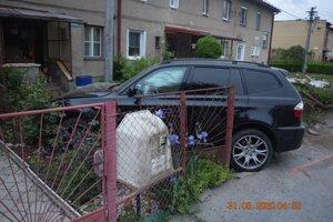 opitý mladík skončil s autom v predzáhradke rodinného domu.