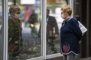 Dôchodkyňa si prezerá výklad kvetinárstva počas uvoľňovania opatrení v rámci pandémie koronavírusu v centre Bratislavy 3. júna 2020.