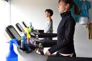 Klientky fitnescentra v Trebišove cvičia na bežiacom páse po uvoľnení ďalších opatrení proti šíreniu nákazy koronavírusu.
