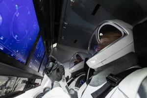Ovládací panel v Crew Dragon. Namiestoprepínačov, ktoré dominovali raketoplánom, SpaceX zvolil dotykové obrazovky.