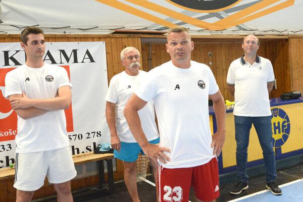 Radoslav Antl (druhý sprava) sa ešte definitívne nerozhodol, či bude pokračovať ako tréner Crows.