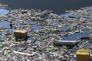 Podstatnú časť odpadu na priehrade Ružín tvoria plastové fľaše, rôzne obaly, ale aj chladničky.