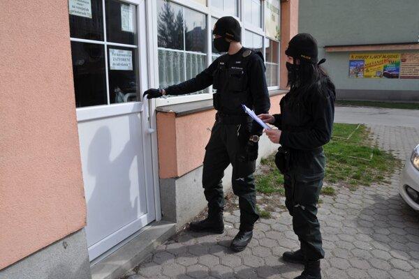 Dodržiavanie podmienok karantény kontroluje polícia.