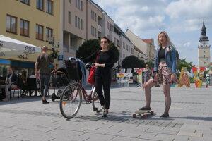 Pešia zóna v Trnave, po Hlavnej už musíte bicykel tlačiť.