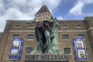 Socha Roberta Milligana pred budovou Múzea Londýna v štvrti Docklands.