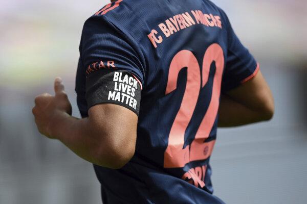 Futbalista Bayernu Mníchov Serge Gnabry má na ruke čiernu pásku s nápisom  'Black Lives Matter' (Na životoch černochov záleží) v zápase 30. kola nemeckej Bundesligy Bayer Leverkusen - Bayern Mníchov.