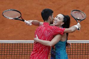 Jelena Jankovičová v objatí s Novakom Djokovičom.
