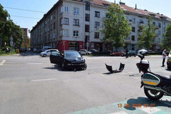 Sobotňajšia nehoda v Košiciach sa skončila ťažkým zranením ženy z mopedu.