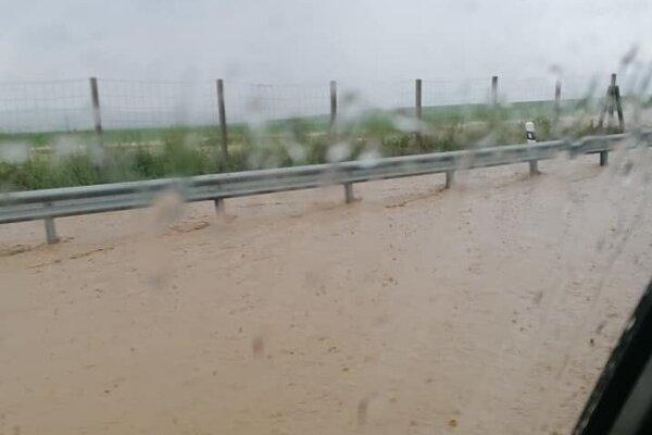 Rýchlostnú cestu R2 zaplavila voda.