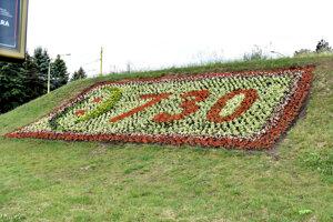 Pôvodne bolo na embléme číslo 730, ktoré sa viaže na výročie udelenia mestských práv.