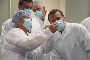 Francúzsky prezident Emmanuel Macron na návšteve spoločnosti Sanofi, kde tiež vyvíjajú vakcínu.