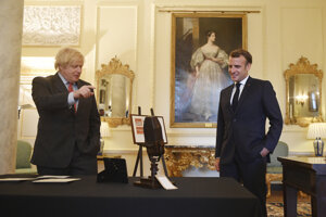 Britský premiér Boris Johnson a francúzsky prezident Emmanuel Macron.