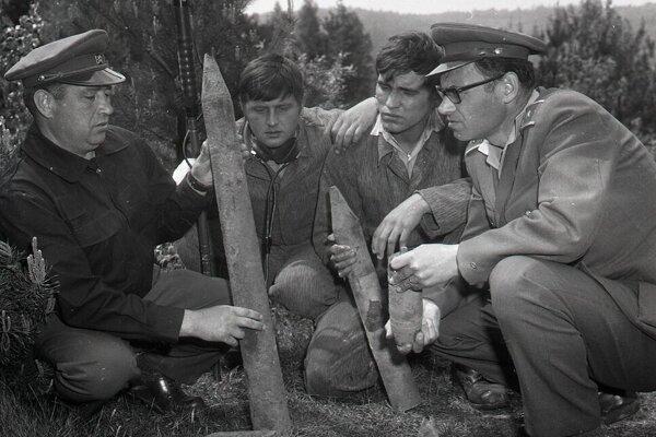V roku 1969 odmínovávala okolie Dukly ženijná skupina pod vedením majora Oldřicha Kuhejdu (vpravo) a majora odborného pyrotechnika Pavla Šaraniča (vľavo).  Čítajte viac: https://plus.sme.sk/c/22412333/slovensko-bolo-zamorene-nevybuchnutou-municiou-zabijala-este-roky-po-ukonceni-bojov.html