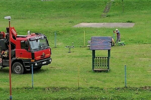 Rušenie niektorých prvkov detského ihriska pri Družbe v Bardejove.