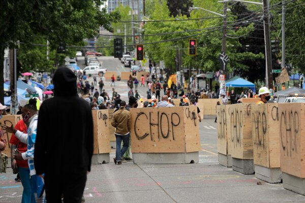Barikády s nápisom CHOP 16. júna 2020 v meste Seattle.