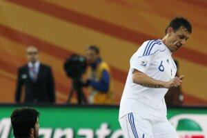 Osudový moment. Talian Gattuso (v modrom) fauluje Zdena Štrbu v zápase majstrovstiev sveta 2010. Výsledkom bolo 12 stehov.
