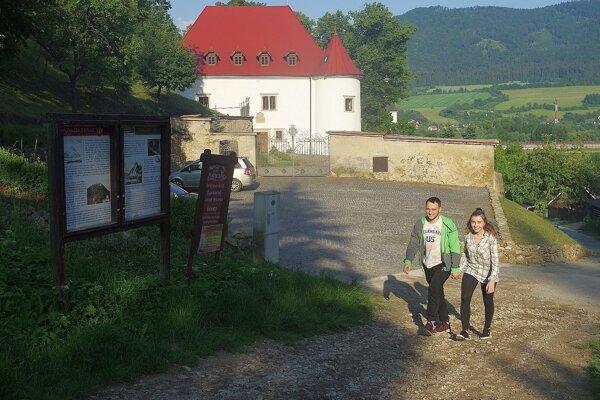 Pod Bystrickým hradom je pri väčšom nápore turistov problém zaparkovať.Obyvatelia Považského Podhradia by uvítali, keby tu boli koše na odapd aj psie exkrementy.