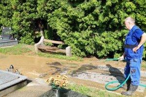 Cintorín zaplavila voda abahno.