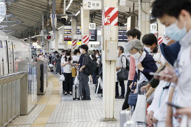 Pasažieri čakajú na vlak na železničnej stanici v Tokiu.