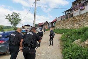 Zástupcovia obce aj členovia MOPS prichádzajú k domu, ktorý idú opáskovať.