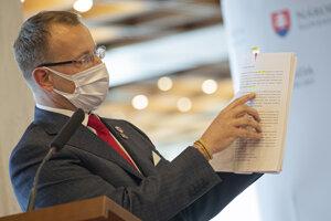 Boris Kollár počas brífingu ohľadom svojej diplomovej práce.