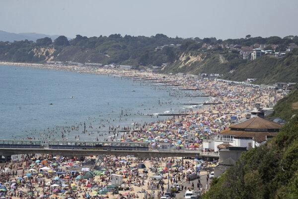 Pláž v juhoanglickom meste Bournemouth.