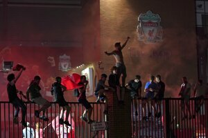 Fanúšikovia Liverpool FC oslavujú majstrovský titul v Premier League 2019/2020.
