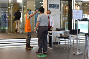Kontrola osoby v Singapure.