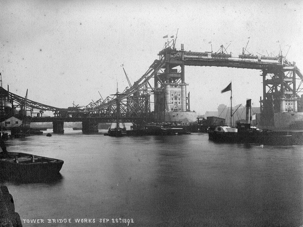 Výstavba Tower Bridge v Londýne.