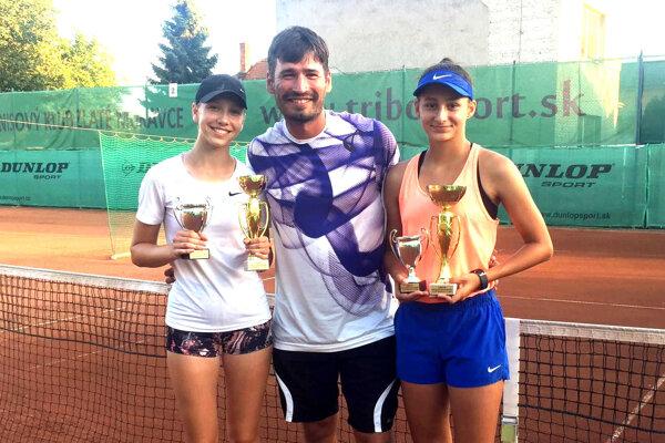 Zľava Michaela Gedayová, tréner Maroš Horný, Ana Šabíková.