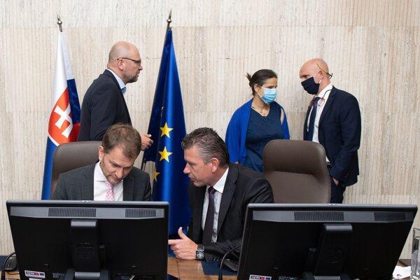 V popredí vľavo predseda vlády Igor Matovič (OĽaNO) a minister vnútra Roman Mikulec (OĽaNO), vľavo v pozadí minister hospodárstva, prvý podpredseda vlády pre ekonomiku Richard Sulík (SaS), ministerka spravodlivosti Mária Kolíková (Za ľudí) a minister školstva Branislav Gröhling (SaS) počas zasadnutia vlády v Bratislave 1. júla 2020.