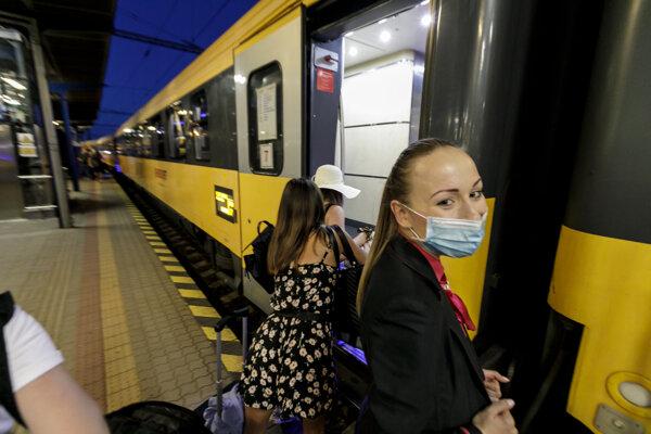 Odchod prvého vlakového spoja Praha - Bratislava - Ľubľana - Rijeka z Hlavnej stanice v Bratislave.