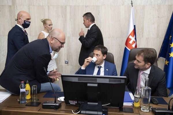 Zľava v popredí minister hospodárstva, prvý podpredseda vlády pre ekonomiku Richard Sulík (SaS), podpredseda vlády a minister financií Eduard Heger (OĽaNO), premiér Igor Matovič (OĽaNO), v pozadí vľavo minister školstva Branislav Gröhling (SaS) a vpravo minister vnútra Roman Mikulec (OĽaNO) počas zasadnutia vlády SR.