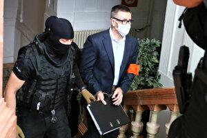 Obvinený Ľubomír Kudlička prezývaný Kudla počas príchodu na hlavné pojednávanie na Špecializovanom trestnom súde v Banskej Bystrici vo veci úkladnej vraždy Romana Krajčiho, ktorá sa stala v roku 2006 v Prievidzi.