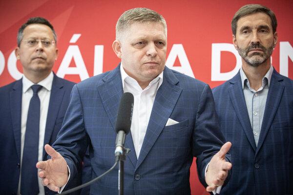Člen predsedníctva Smeru Ladislav Kamenický, predseda Robert Fico a podpredseda Juraj Blanár počas brífingu po zasadnutí predsedníctva Smeru.